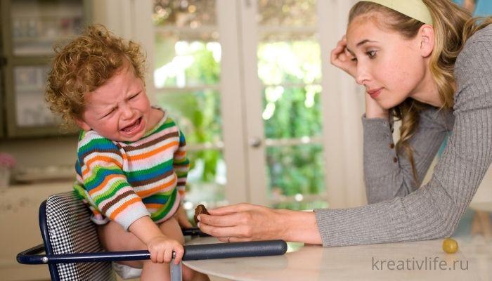 Мама не может успокоить ребенка. Малыш кричит и капризничает