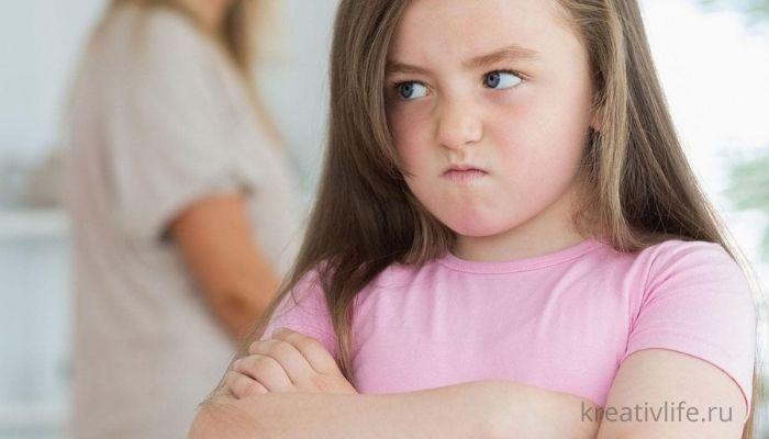 Злая, хитрая, капризная девочка показывает маме характер