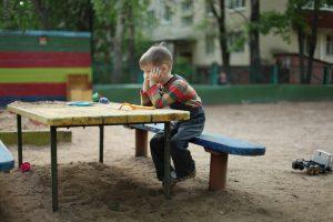 Ребенок один на детской площадке
