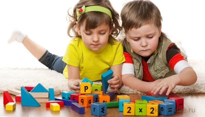 Дети играют развивающими игрушками