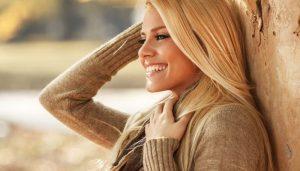 Красивая девушка блондинка улыбается