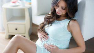 Беременная девушка с большим животиком