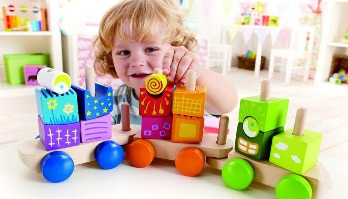 Ребенок играет в развивающие игры