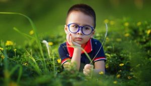 Спокойный ребенок сидит задумчиво на приводе