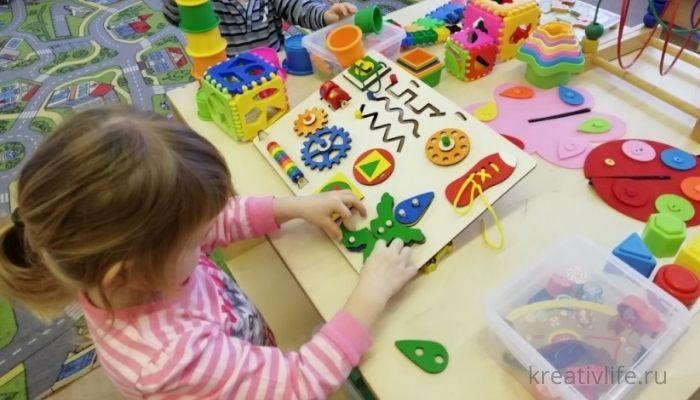 Ребенок играет развивающими игрушками