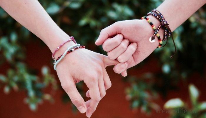Дружба. Две руки держатся за пальчики