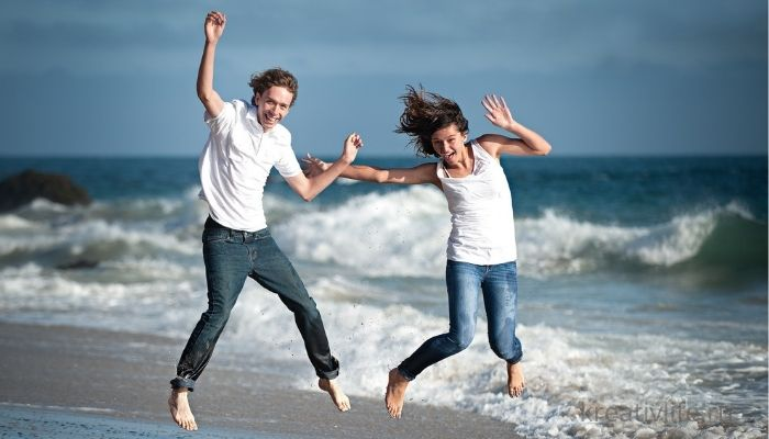Красивая и счастливая пара на фоне моря