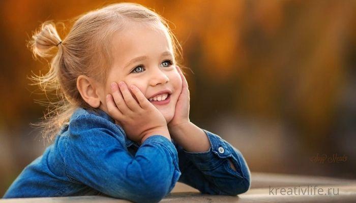 Красивая маленькая девочка улыбается