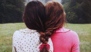 Две подруги сплелись волосами