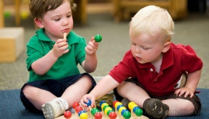 Дети играют в развивающие игры