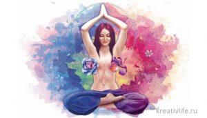 Женская энергия. Девушка медитирует в позе лотоса