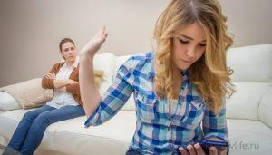 очка подросток сидит в телефоне