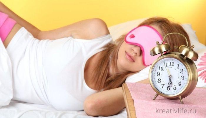 Сон и режим дня. Девушка отдыхает