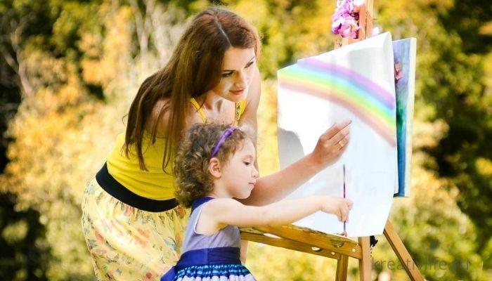 Мама и девочка рисуют