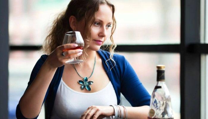 Девушка с бокалом спиртного