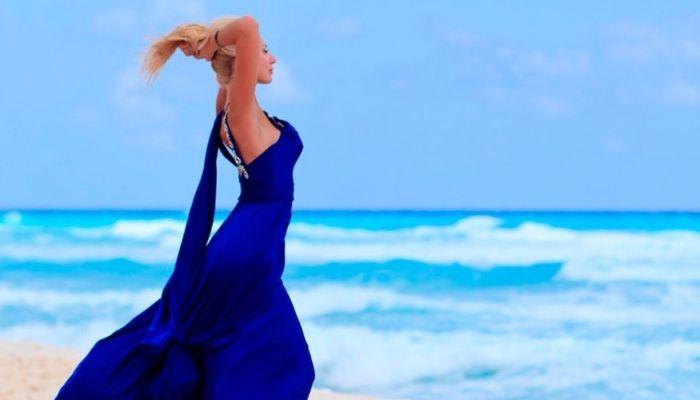 Красивая женщина на фоне моря