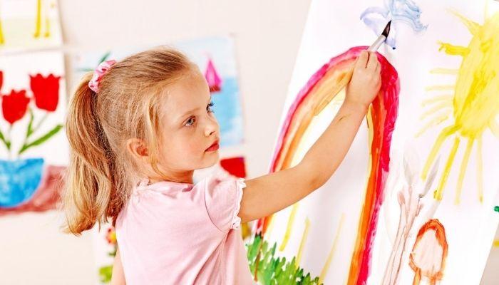 Девочка рисует занимается творчеством
