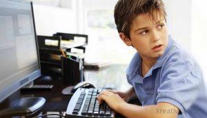 мальчик подросток играет в компьютер
