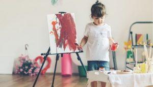 Ребенок рисует и занимается творчеством