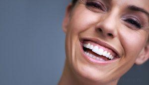 Девушка со здоровыми зубами и красивой улыбкой