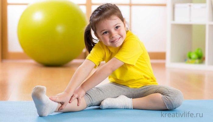 Маленькая девочка занимается спортом