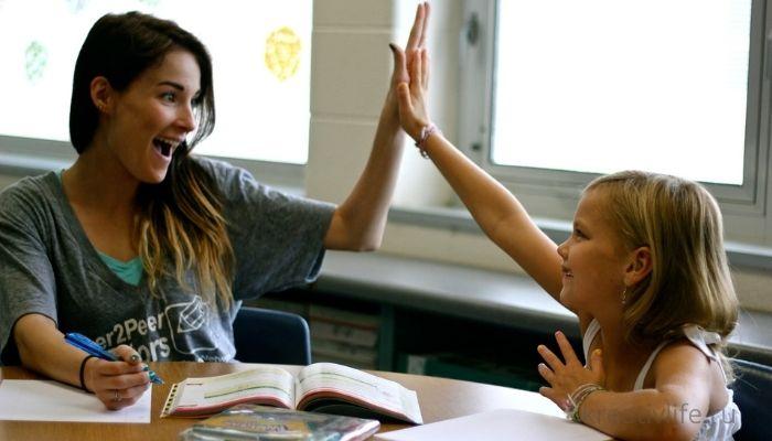 Ребенок с учителем делают уроки