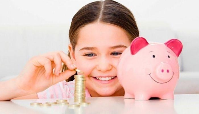 Дети и деньги. Девочка с копилкой.