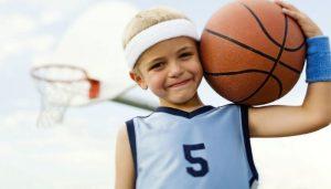 Мальчик занимается спортом играет в баскетбол