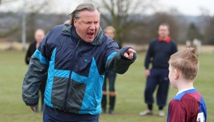 тренер кричит на ребенка