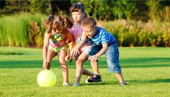 Дети на улице играют в мяч