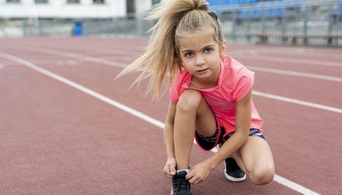 Девочка занимается спортом